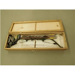 BEN PEARSON COMPOUND BOW MODEL 250 WITH QUIVER AND ARROWS IN WOODEN CASE