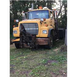 1994 Ford Louisville L-9000, Tandem, 8 speed transmission, good rubber.
