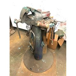 HEAVY DUTY VICE WITH STAND AND ASSORTED TOOLS/HAMMERS
