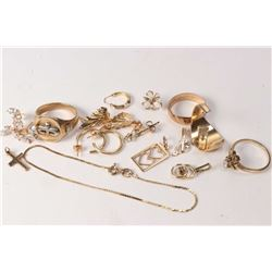 Selection of gold jewellery including 10kt gents ring, fine 9kt gold chain bracelet, selection of go