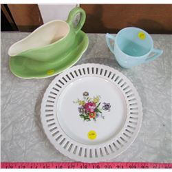 LOT INCLUDING A GRAVY BOAT, PLATE & CREAMER