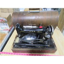 SINGER ELECTRIC SEWING MACHINE AND CASE