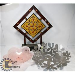 BOX OF SHOWHOME DECOR - METAL AND WOODEN ITEMS.