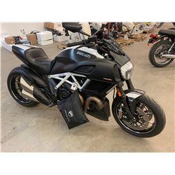 Motorcycle: 2015 Ducati DIAVEL Carbon