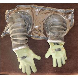 ZZ- BUBBLE BOY SCREEN USED ARMS WITH GLOVES JAKE GYLLENHAAL 1