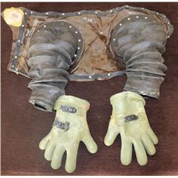 ZZ- BUBBLE BOY SCREEN USED ARMS WITH GLOVES JAKE GYLLENHAAL 4