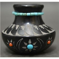SIOUX/ SANTA CLARA INDIAN POTTERY VASE (RED STARR)