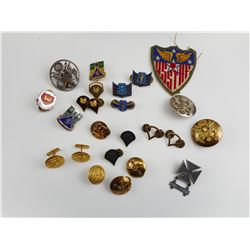 ASSORTED US MILITARY BADGES AND BUTTONS