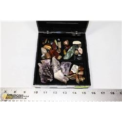 PLASTIC CASE WITH ROUGH AND POLISHED STONES.