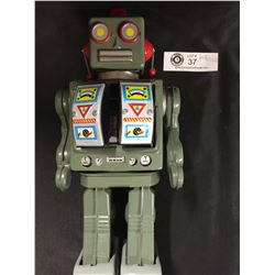Vintage Battery Operated Robot. Untested