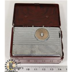 1940S RCA RED CASED PORTABLE TUBE RADIO - UNTESTED