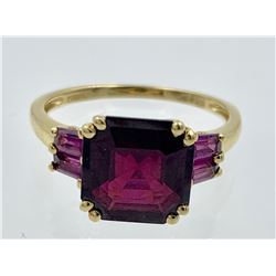 14K YELLOW GOLD AND GARNET RING
