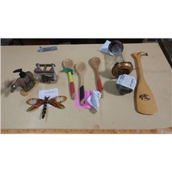 LOT OF ASSORTED DÉCOR (CANDLE, 3 SPOONS, HUMMINGBIRD FEEDER ETC.)