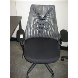 HERMAN MILLER BLACK MESH LOOK OFFICE CHAIR