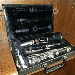 VITO NOBLET CLARINET W/ ACCESSORIES IN CASE