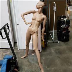 MANNEQUIN ON GLASS BASE