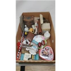 LOT OF COLLECTIBLES (COKE TINS 1995, ASSORTED OTHER ITEMS)