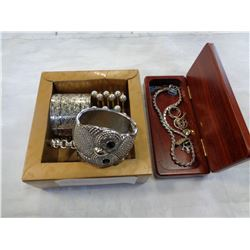 TRAY OF BANGLES AND SILVER TONE NECKLACE, PINS, ETC