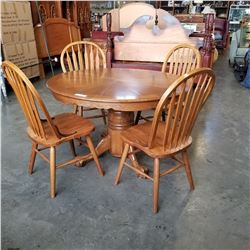 ROUND OAK DINING TABLE WITH LEAF AND 4 HOOPBACK CHAIRS
