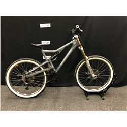 GREY SANTA CRUZ HECKLER 16 SPEED FULL SUSPENSION MOUNTAIN BIKE WITH FRONT AND REAR DISC BRAKES,