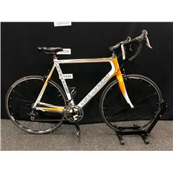 WHITE AND ORANGE CANNONDALE VITTORIA 20 SPEED ROAD BIKE WITH CLIP PEDALS, 60 CM FRAME SIZE