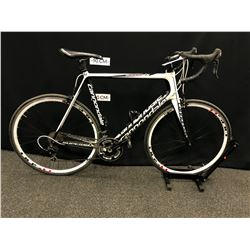 BLACK AND WHITE CANNONDALE SUPERSIX 20 SPEED ROAD BIKE WITH CLIP PEDALS, 60 CM FRAME SIZE