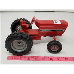 INTERNATIONAL TRACTOR (1:16 SCALE)