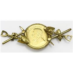 South Africa, gold 1/2 pond, 1894, mounted in 14K pin with twisted-rope bezel, miner's shovels and a