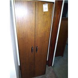 BUNDLE LOT: VINTAGE 2 DOOR CABINET / SINGER CABINET SEW MACHINE / SYLVANIA TV