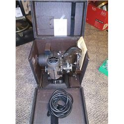 1934 BELL AND HOWELL 8 MM MOVIE PROJECTOR W/ CASE