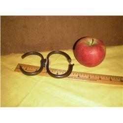 So very rare come along antique handcuffs - policier appréhendant avec cet outil comme menottes