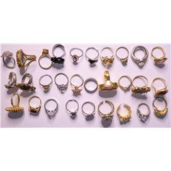 Vintage costume jewelry collection of Womens Rings (lot 30)  (114807)