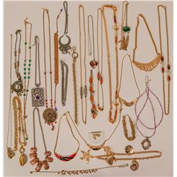 Vintage costume jewelry necklaces in gold and silver tone (lot 25)  (114791)