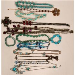 Vintage costume jewelry of varying styles and colors (lot 13)  (115005)