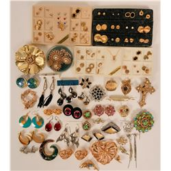Vintage costume jewelry pierced earrings, brooches and lapel pins (lot 37)  (114766)