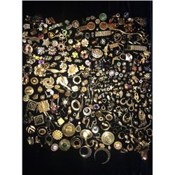 Bits and Pieces of Gold Costume Jewelry (500+ pieces)  (110378)