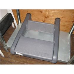 DOUBLE RUBBERMAID STEP