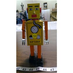 BATTERY OPERATED TOY MECHANICAL ROBOT