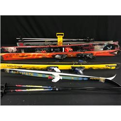5 PAIRS OF VARIOUS OLDER MODEL SKIS, VARIOUS SIZES AND CONDITIONS, 2 PAIRS OF POLES AND SKI TOTE