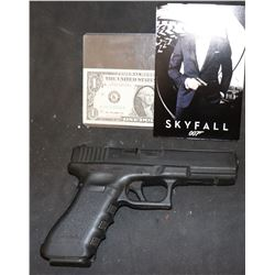 BOND JAMES 007 SKYFALL SCREEN USED SUNT GLOCK GUN MATCHING NUMBERS