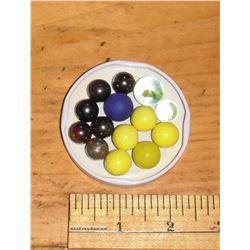 14 marbles 3 sizes14 billes 4 jaunes 1 jaune vert 1 cat eye 5 noires 1 maybe silver 1 blue skin