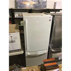 GE Refrigerator - White - Model: GBE21AGKGKWW