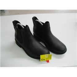 PR OF UCC SIZE 8 BOOTS