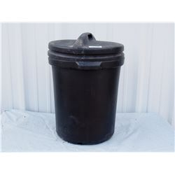 Plastic Garbage Can with Lid *has hole in bottom