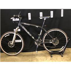 BLACK TREK 6066 27 SPEED FRONT SUSPENSION HYBRID TRAIL BIKE WITH FRONT AND REAR HYDRAULIC DISC