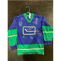 VINTAGE VANCOUVER CANUCKS JERSEY SIGNED BY PAT QUINN (1943-2014), ORLAND KURTENBACH, HAROLD