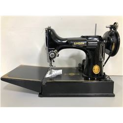 SINGER FEATHERWEIGHT MODEL 221 SEWING MACHINE W / CASE