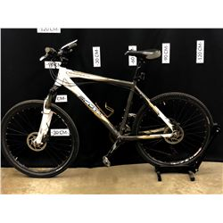 WHITE AND GREY SCOTT ASPECT 27 SPEED FRONT SUSPENSION MOUNTAIN BIKE WITH FRONT AND REAR HYDRAULIC