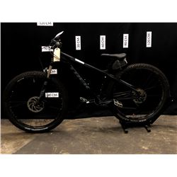 BLACK TREK ROSCOE 7 10 SPEED FRONT SUSPENSION MOUNTAIN BIKE WITH FRONT AND REAR HYDRAULIC DISC