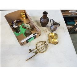 TRAY OF BRASS AND COPPER COLLECTIBLES, KEYS, MINI VASES
